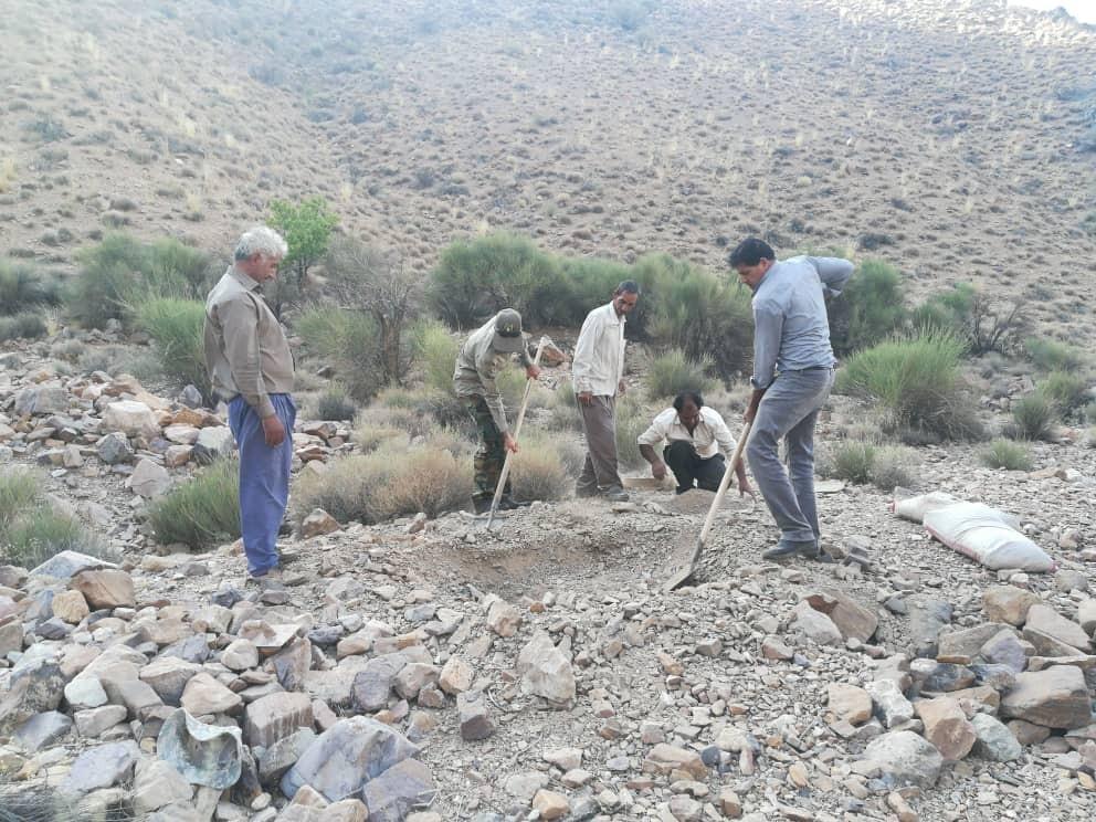 ساخت آبشخور برای حیات وحش با کمک دوستداران طبیعت در مناطق شهرستان زرند کرمان